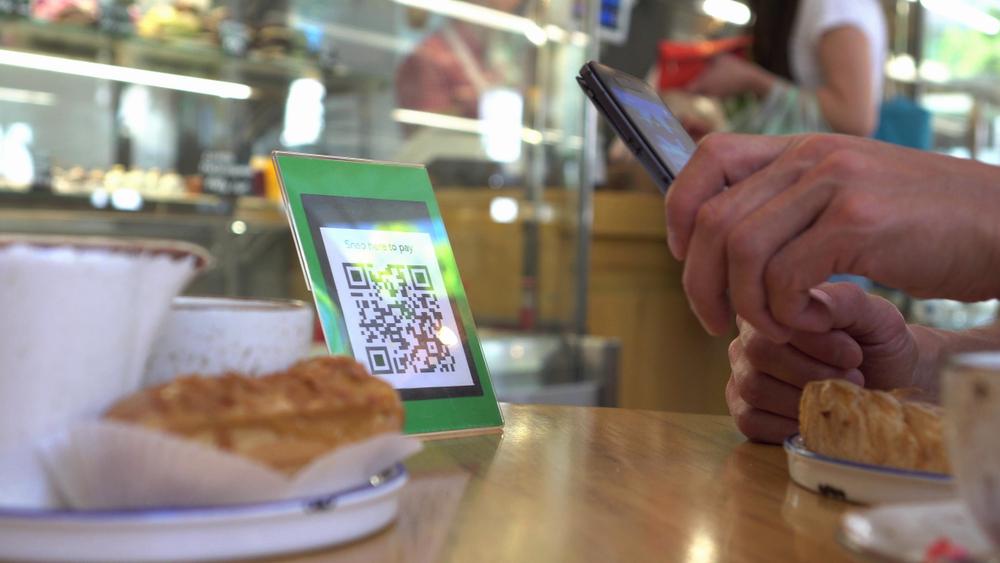 Através de um simples código na mesa, o cliente pode fazer pedidos e pagamentos, sem contato com atendentes e sem deixar de frequentar restaurantes.
